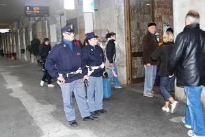 Controlli degli agenti della Polizia Ferroviaria (www.uominicontro.com)