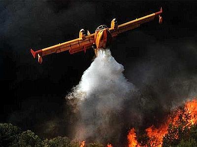 Incendi in Puglia, intervento canadair - ARCHIVIO