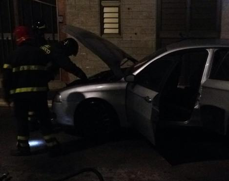 Alfa 147 in fiamme in via Stella a Manfredonia (ph: SQ - EMA- 20.05.2015)