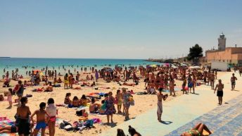 Manfredonia, cittadini presenti nella Spiaggia Castello (ph: MATTEO NUZZIELLO, 12.06.2015) ARCHIVIO