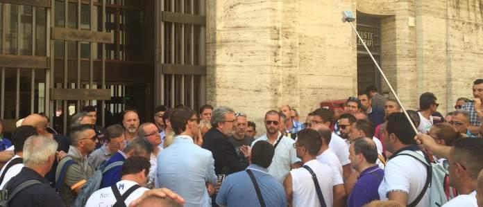 Incontro Emiliano - lavoratori Sangalli Vetro di Manfredonia (SQ) immagine d'archivio