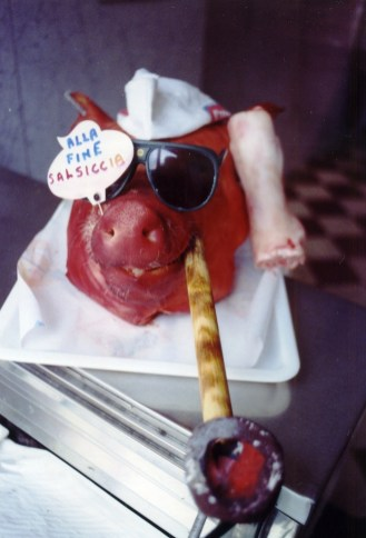 Carnevale 2006 nella macelleria di Vincenzo Forte. Un tempo durante durante il carnevale si vendevano del maiale anche -recchie, pite e mosse per preparare il brodo