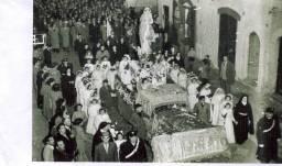 Anni '50-Processione Immacolata Concezione-Bambine e Bambini di prima comunione accomphnanao la sacra statua della Madonna posta sul trono.