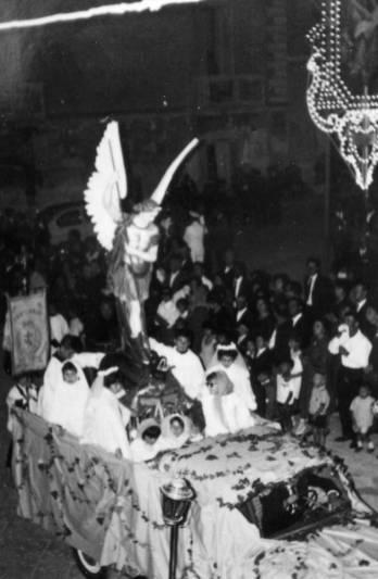 Fine anni '50-Processione Festa Patronale-Nel camioncino la statua di S.Michele insieme a bambine con vestito di prima comunione