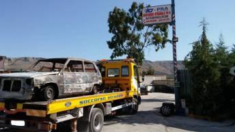 """Manfredonia, """"Auto rubata e data alle fiamme"""" (FOTO)"""