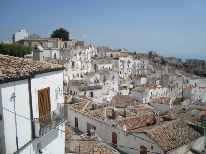 https://upload.wikimedia.org/wikipedia/commons/4/46/Monte_Sant'Angelo2