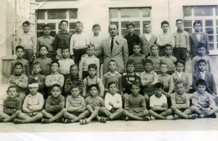 Anni-50-il-maestro-Giuseppe-Antonio-Gentile-con-la-sua-scolaresca