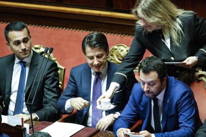Il presidente del Consiglio Giuseppe Conte beve un caffè in Senato prima delle dichiarazioni programmatiche, Roma 5 giugno 2018. Al suo fianco i due vice premier Luigi Di Maio (S) e Matteo Salvini (D). ANSA/GIUSEPPE LAMI