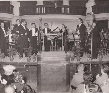 1958-Napoli- ll primo da sinistra il violinista Giuseppe Prencipe