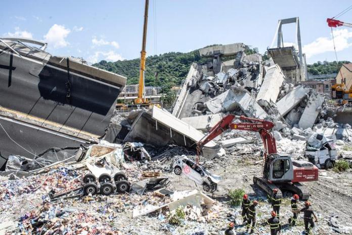 La rimozione delle macerie dopo il crollo del ponte Morandi, Genova, in una foto diffusa il 15 agosto 2018. ANSA/ MINISTERO DEI TRASPORTI +++ ANSA PROVIDES ACCESS TO THIS HANDOUT PHOTO TO BE USED SOLELY TO ILLUSTRATE NEWS REPORTING OR COMMENTARY ON THE FACTS OR EVENTS DEPICTED IN THIS IMAGE; NO ARCHIVING; NO LICENSING +++