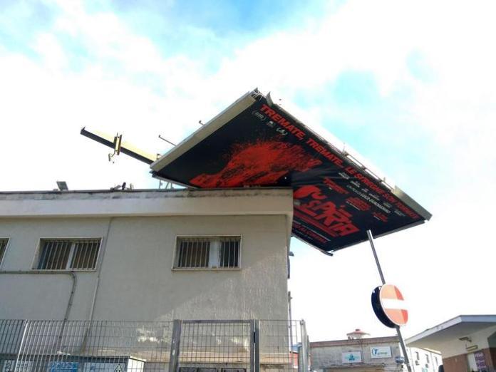 Un cartellone pubblicitario volato sul tetto di un edificio a causa del forte vento che soffia su Napoli e la Campania dalle prime ore di questa mattina, Napoli, 23 febbraio 2019. ANSA/ CIRO FUSCO