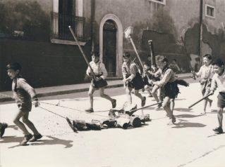 Anni '50-Via del Porto-angolo Chiesa Stella Maris-Rito x cacciare il Diavolo con buatte e stagnole-Foto Losciale-(1)