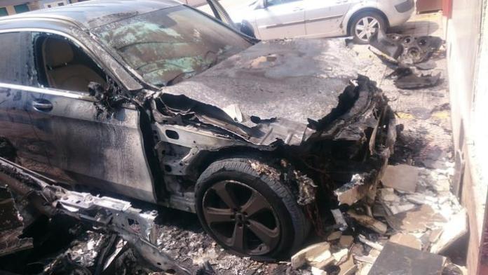Incendiata auto medico legale dell'Inps di Foggia (PH ANSA PUGLIA)
