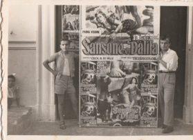 Anni '50-Ingresso Cinema Impero- Lorenzo di Staso (a sinistra) allestitore dei tabelloni