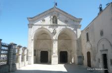 Fig. 4 Atrio superiore della Basilica di San Michele Arcangelo a Monte Sant'Angelo. (Gli abitanti di Monte Sant'Angelo continuano a chiamare l'area Atrio della colonna)