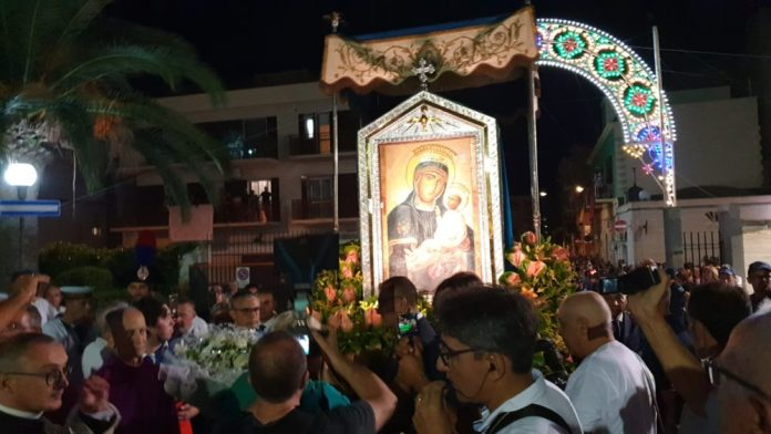 http://www.futuriparalleli.it/blog/2020/08/25/le-strade-del-sud-vuote-di-processioni-e-madonne-e-non-si-tratta-solo-di-tradizione-e-identita/