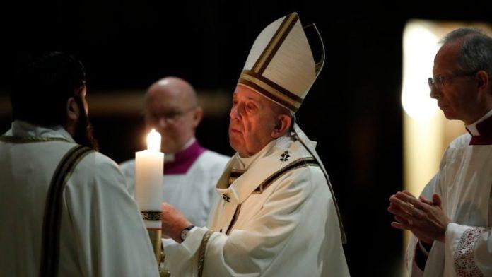 """Nella Veglia pasquale nella Notte santa, Papa Francesco eleva un inno alla vita, che Dio fa uscire """"persino dalla tomba"""" (fonte image www.vaticannews.va)"""