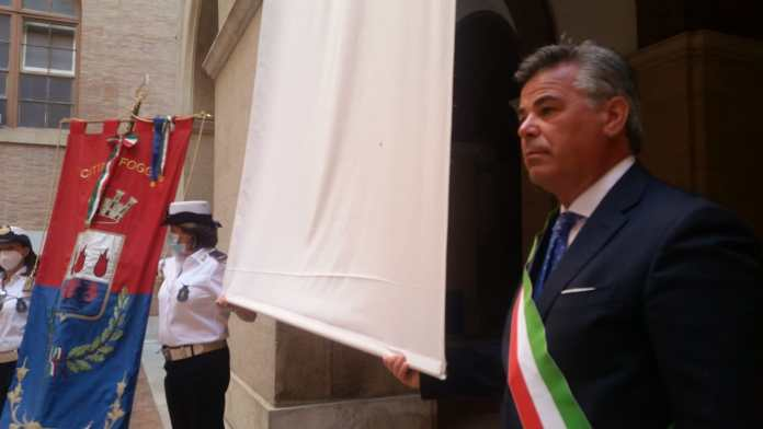 Un lenzuolo bianco e un minuto di silenzio nei Comuni per la Giornata della legalità. Anche il Comune di Foggia ha aderito al flashmob organizzato dall'ANCI, su invito di Maria Falcone, che si è svolto alle 17.57 nella sede di Palazzo di Città.