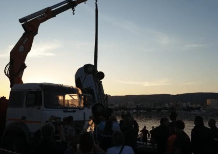 Un'autovettura è caduta in mare nel pomeriggio, sul Molo di Ponente. Lo si apprende da raccolta dati di StatoQuotidiano.it.