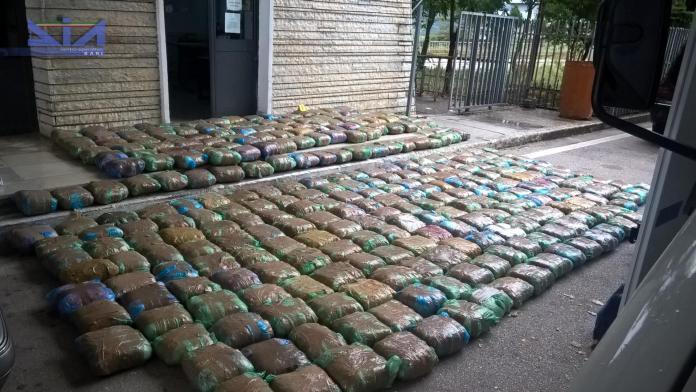 Nel corso delle indagini, sono state sequestrare circa tre tonnellate e mezzo di droga tra marijuana, cocaina ed hashish, per un valore di oltre 40 milioni di euro e corrispondenti a circa 7 milioni di dosi