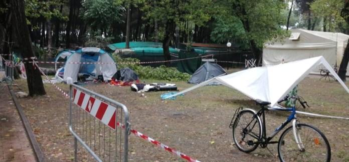 Una bambina di 3 anni è morta travolta dalla caduta di un albero su una tenda in un campeggio di Marina di Massa (Massa Carrara) dove si trovava con i genitori e le sorelle per una vacanza