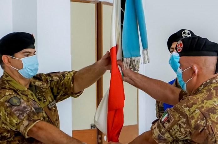 Foto 2 Il Comandante uscente cede la Bandiera di Guerra a quello subentrante