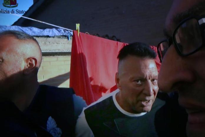 Il video della cattura di Giuseppe Mastini, detto Johnny lo Zingaro, viene mostrato nel corso della conferenza stampa indetta per illustrare i dettagli dell'operazione, Siena, 26 Luglio 2017. ANSA/ FABIO DI PIETRO