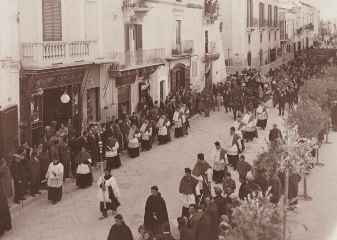 1943- Funerale di 1^ classe- Cap. Ettore Valente-con mansionari e canonici del Capitolo Metropolitano Sipontino