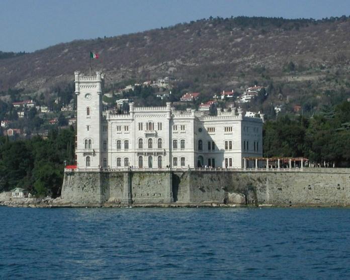 Schloss Miramare vom Meer. Walwegs - Originally from de.wikipedia;