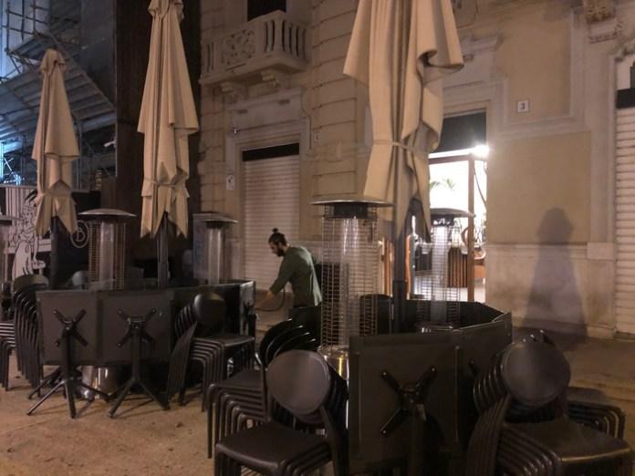 (ANSA) - BARI, 26 OTT - In tanti, nel centro della movida barese, hanno abbassato le saracinesche alle 18, come prevede il nuovo Dpcm con le misure anti-Covid che entra in vigore oggi.