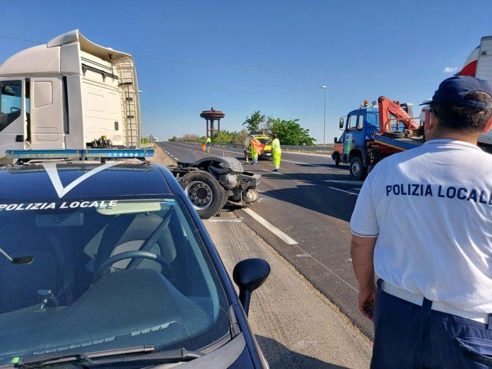 Foggia, incidente tra camion e furgone sulla Ss673: tre feriti