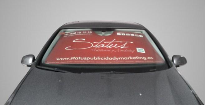 El parasol se encaja perfectamente en tu vehículo y alivia las altas temperatuas cuando lo dejamos aparcado en la calle. Además muchas personas verán el nombre de tu empresa.