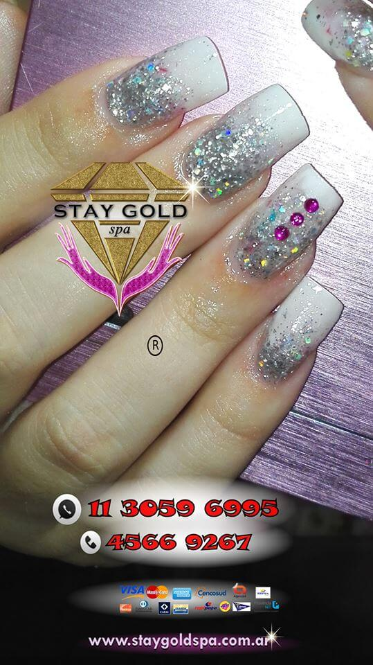 Modelo de uñas Shiny Rose Nails