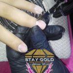 Haciendo Manicura Avanzada Stay Gold Spa a un Cliente