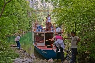 Ukrcavanje na brodić na Drini