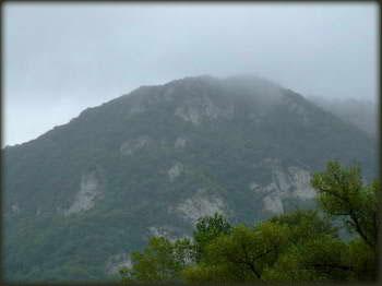 Ovako izgleda stena u čijem vrhu se nalazi Vitanova Krstata pećina gledano iz kanjona Resave