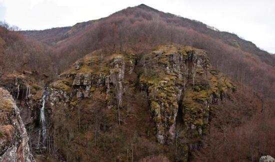 Amfiteatar u koji se obrušava Kurtulski vodopad (krajnje levo)