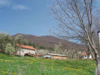 Vrhovo Ovcara nacickani antenskim stubovima,. pogled iz sela Ducanovici