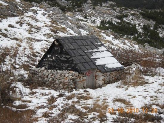 U sulu Zaglavlje, napušteni katun a sada bivak