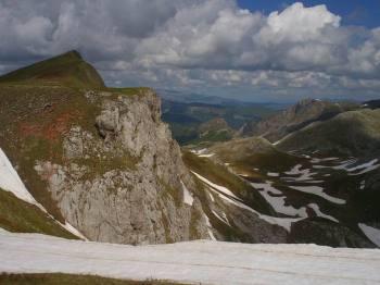 Vrh Bregoč levo i lokva desno