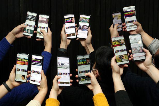 2020년 12월 16일 오후 서울 중구 조선일보 미술관에서 본지 산업부 기자들이 스마트폰 12대를 이용해 유튜브의 정치 콘텐츠 알고리즘을 조사하고 있다. /이태경 기자