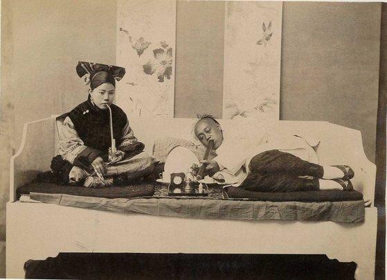 청나라의 한 가정에서 아편을 흡입하는 장면 [중앙포토]