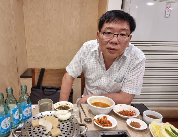 15일 오후 서울 광화문 한 국시집에서 장민우 뉴코애드윈드 대표와 점심을 먹으면서 인터뷰를 하고 있다. 식사 중에 둘이 소주 3병을 비웠다. /최원우 기자
