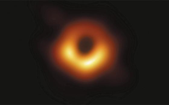 5500만 광년 거리, 지름 160억㎞ 블랙홀 - 사건 지평선 망원경(EHT) 국제공동연구진이 10일 처녀자리 은하 중심에 있는 M87 블랙홀의 사진을 공개했다. 가운데 검은 구멍에 블랙홀이 있다. 강력한 중력에 의해 휘어진 빛이 만든 '블랙홀의 그림자'는 지름이 약 400억㎞이고, 실제 블랙홀 지름은 160억㎞이다. 블랙홀 주변의 밝은 빛은 블랙홀로 빨려 들어가며 회전하는 물질에서 나왔다. 아래쪽이 지구로 향하고 있어 더 밝게 관측된다.