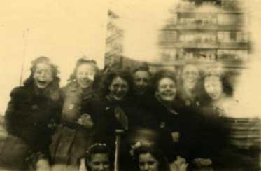 Een groep meisjes tijdens een bevrijdingsfeest in de Broersvest, Schiedam, 1945, Fotocollectie Gemeentearchief Schiedam