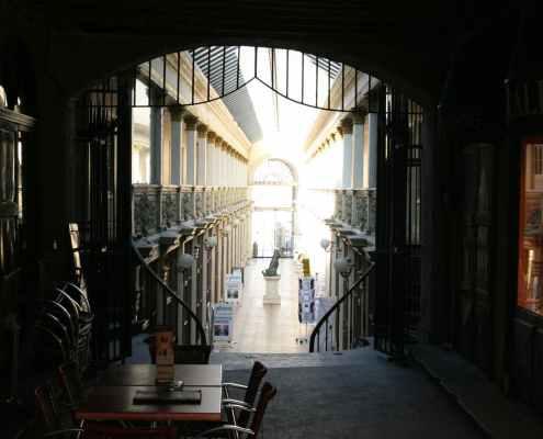 Overdekte winkelstraat in Autun in Frankrijk