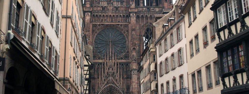 Winkelstraat met daarachter de kathedraal in Straatsburg in Frankrijk