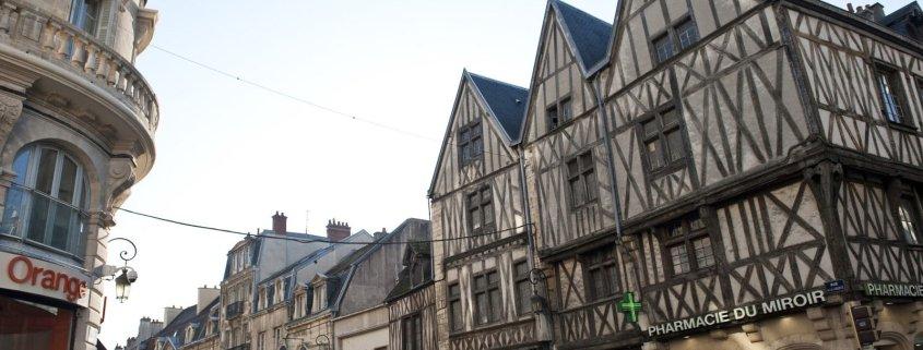winkelstraat met vakwerkhuizen in Dijon bourgondie frankrijk copyright atout france