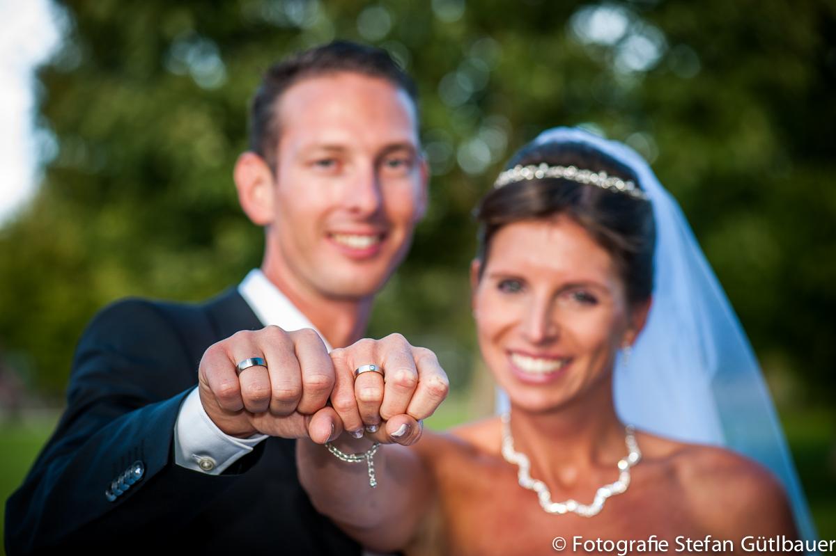 Brautpaar zeigt ihre Ringe