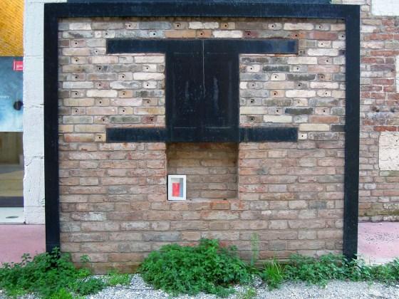 un quadro abbandonato nella bocca di un forno